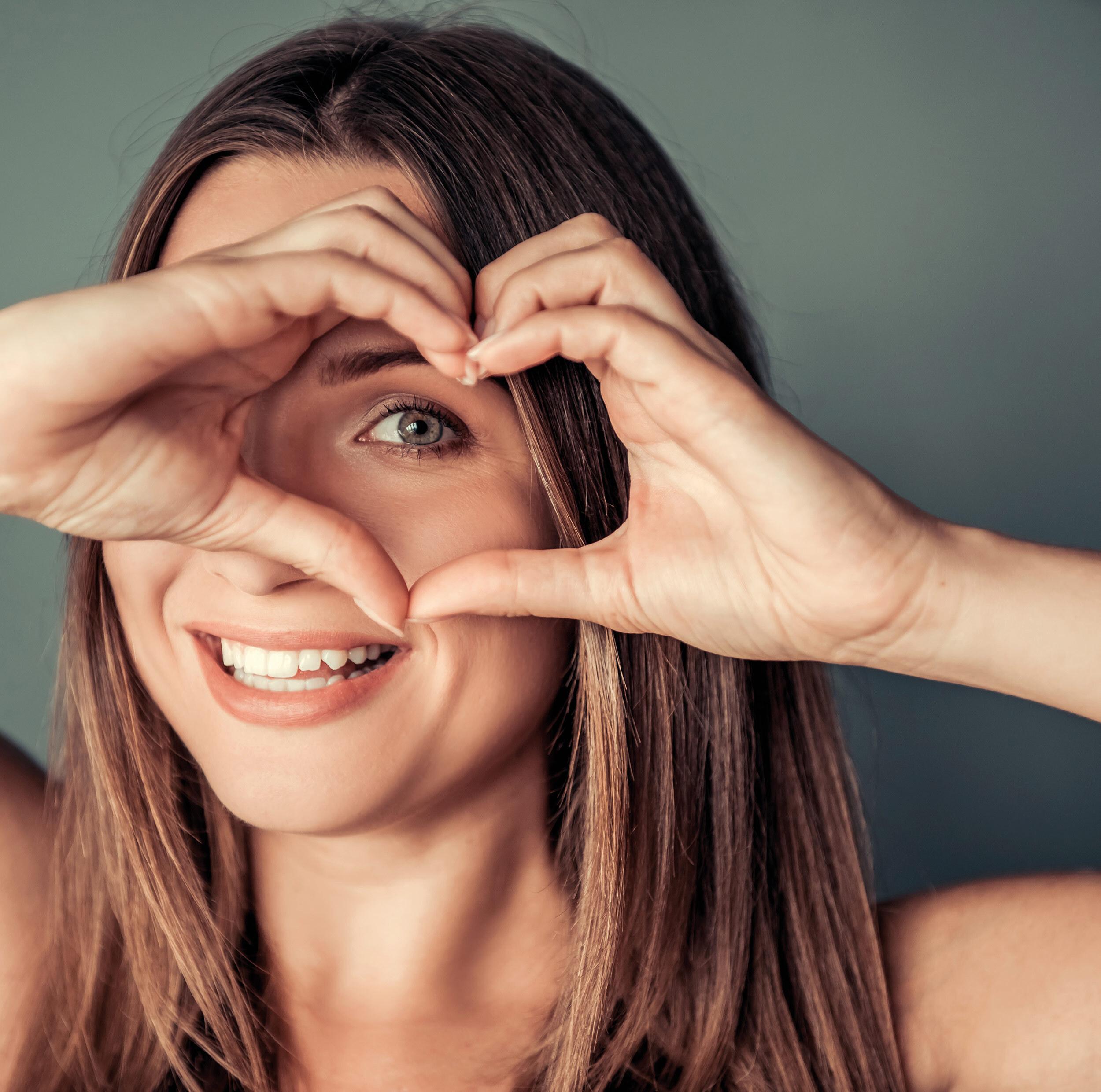Frau formt Herz mit Händen